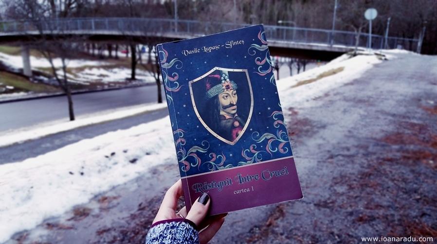 Rastingnit Intre Cruci roman de Vasile Lupasc Sfintes foto Ioana Radu