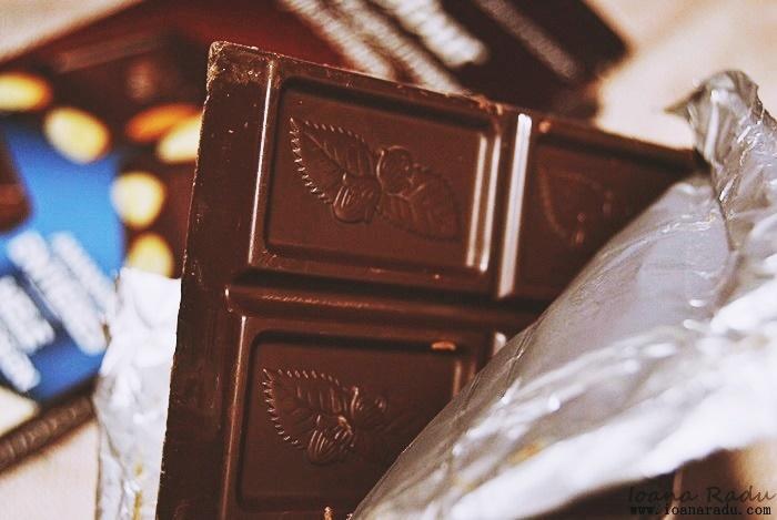 Ciocolata amaruie cu migdale intregi Carrefour 04
