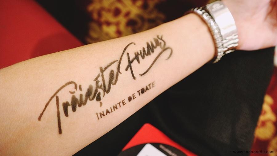 tatuaj la stand-ul Vodafone ► Traieste frumos inainte de toate